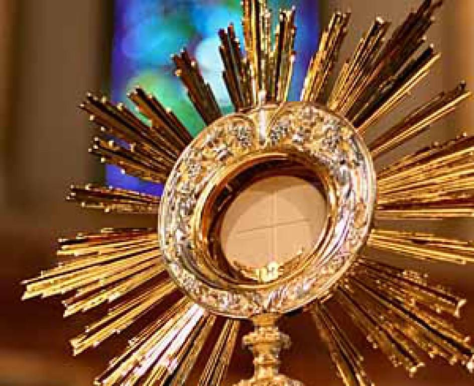 eucharist_in_monstrance